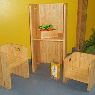 Pēc Montessori principiem darināta mēbele - ar lineļļu pārklāta priede.