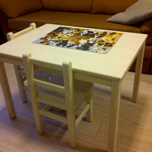 Beicēta priedes koka  bērnu galdiņš un krēsliņi.