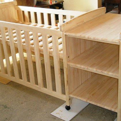 Mazuļa gultiņa komplektā ar pārtinamo virsmu.
